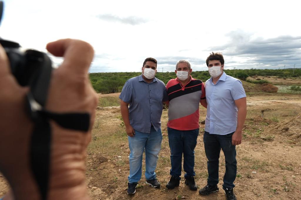 Em cabrobó, obras na barragem chico mateus são inspecionadas pelo deputado coelho